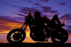 Frauenschattenbild auf dem Motorrad gelegt auf Behälter Stockbild