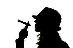 Frauenschattenbild, das eine Zigarre anhält Stockbilder