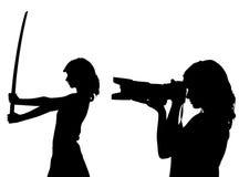 Frauenschattenbild mit Kamera und Klinge lizenzfreie abbildung