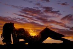 Frauenschattenbildschein-Kleiderlage gehen zurück voran lizenzfreies stockfoto