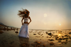 Frauenschattenbildtanzen auf dem Strand Stockfotos
