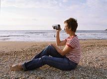 Frauenschießen durch Kamerarecorder lizenzfreies stockfoto