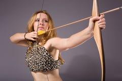 Frauenschießen mit Bogen Stockbild