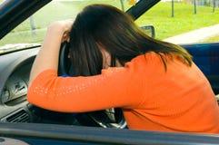 Frauenschlaf im Auto Lizenzfreies Stockfoto