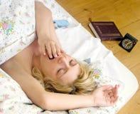 Frauenschlaf im Bett lizenzfreies stockbild