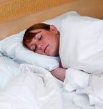 Frauenschlafen stockbild