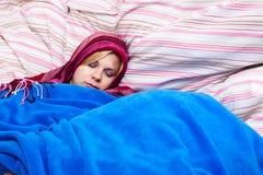 Frauenschlafen eingewickelt im Duvet lizenzfreies stockfoto