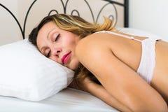 Frauenschlafen von mittlerem Alter Stockbilder