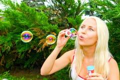 Frauenschlagluftblasen Stockfotos