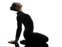 Frauenschlangenmensch, der gymnastisches Yoga ausübt   Schattenbild Stockfotografie