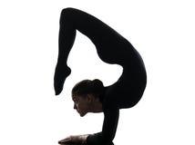 Frauenschlangenmensch, der gymnastisches Yoga ausübt   Schattenbild Stockbild