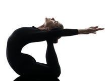 Frauenschlangenmensch, der gymnastisches Yoga ausübt  Schattenbild Lizenzfreie Stockbilder