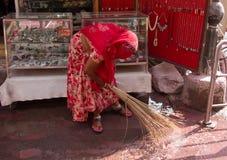 Frauenschleifen vor dem Behälter mit den Waren stockbilder