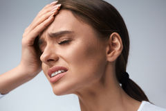 Frauenschmerz Mädchen, das die starken Kopfschmerzen, leiden unter Migräne hat stockfotos