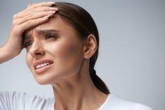 Frauenschmerz Mädchen, das die starken Kopfschmerzen, leiden unter Migräne hat stockbild