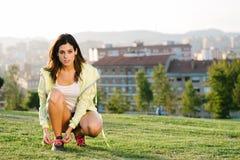 Frauenschnürenlaufschuhe bevor dem Trainieren Lizenzfreies Stockfoto
