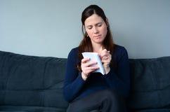 Frauenschreiben auf dem Notizblock, zum der Liste zu tun lizenzfreie stockbilder