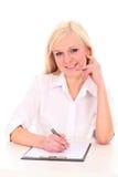 Frauenschreiben auf Dokument Lizenzfreies Stockbild