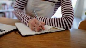 Frauenschreiben auf Tagebuch zu Hause stock video footage
