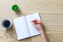 Frauenschreiben an der weißen Seite Stockfoto