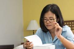 Frauenschreiben in einem Buch mit einem Bleistift Lizenzfreies Stockbild
