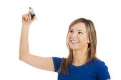 Frauenschreiben etwas mit großem Bleistift Stockbilder