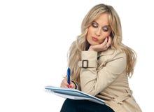 Frauenschreiben im Notizbuch Lizenzfreie Stockbilder