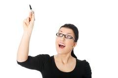 Frauenschreiben mit einer Feder auf abstraktem Bildschirm Stockfotografie
