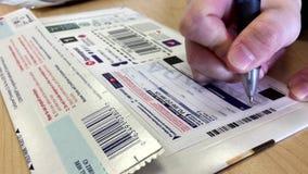 Frauenschreibensname auf Xpresspost-Umschlag stock footage
