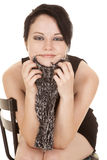 Frauenschwarz-Kleiderschal unter Kinnlächeln stockfotos
