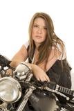 Frauenschwarz-Westenmotorrad sitzen ernstes lizenzfreie stockfotos