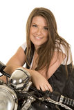 Frauenschwarz-Westenmotorrad sitzen nah Lächeln stockfotos