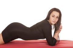 Frauenschwarzkleid legen vorderes Blickrotblatt stockfotografie
