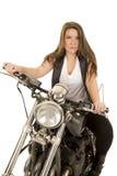 Frauenschwarzwesten-Motorradgegenüberstellen ernst stockbild