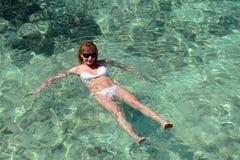 Frauenschwimmen in den Malediven lizenzfreies stockbild