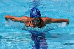 Frauenschwimmen in der Schmetterlingsart Stockfotografie