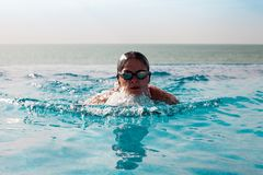Frauenschwimmen in einem Pool stockfoto