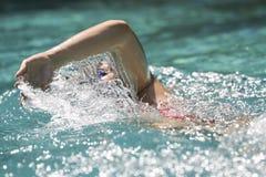 Frauenschwimmen in einem Pool Lizenzfreies Stockbild