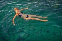 Frauenschwimmen im klaren Meerwasser mit Fischen in Phangan Stockbilder