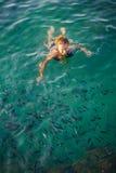 Frauenschwimmen im klaren Meerwasser mit Fischen in Phangan Lizenzfreies Stockbild