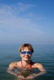 Frauenschwimmen im Meer stockfoto