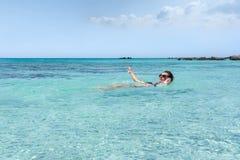 Frauenschwimmen im Meer an Elafonisi-Strand, in der Insel von Cr stockfotografie