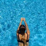 Frauenschwimmen im Pool Stockfoto