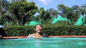 Frauenschwimmen im Swimmingpool stock video footage