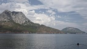 Frauenschwimmen vor den Bergen Adrasan, Antalya, die Türkei stock footage