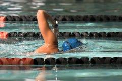 Frauenschwimmenfreistil stockfotos