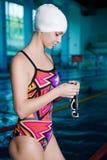 Frauenschwimmer bereit zu schwimmen lizenzfreies stockbild
