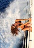 Frauensegeln auf privater Schnellbootyacht Stockfotografie