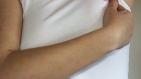 Frauenselbstprüfung ihre Brust stock footage