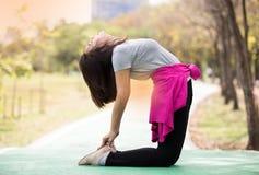 Frauenshowkamel-Yogahaltung Stockfotos